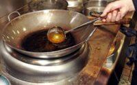 Tips agar minyak goreng tidak cepat hitam bisa anda terapkan saat memasak. Tetap menggunakan minyak goreng yang telah menghitam dan keruh tentu dapat memengaruhi rasa dan aroma makanan. Untuk tiu, anda tidak boleh lagi menggunakannya karena juga bisa mengakiba