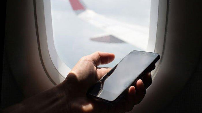 Penumpang Pesawat Matikan Ponsel