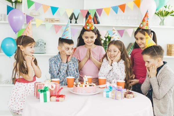 Merayakan pesta ulang tahun anak