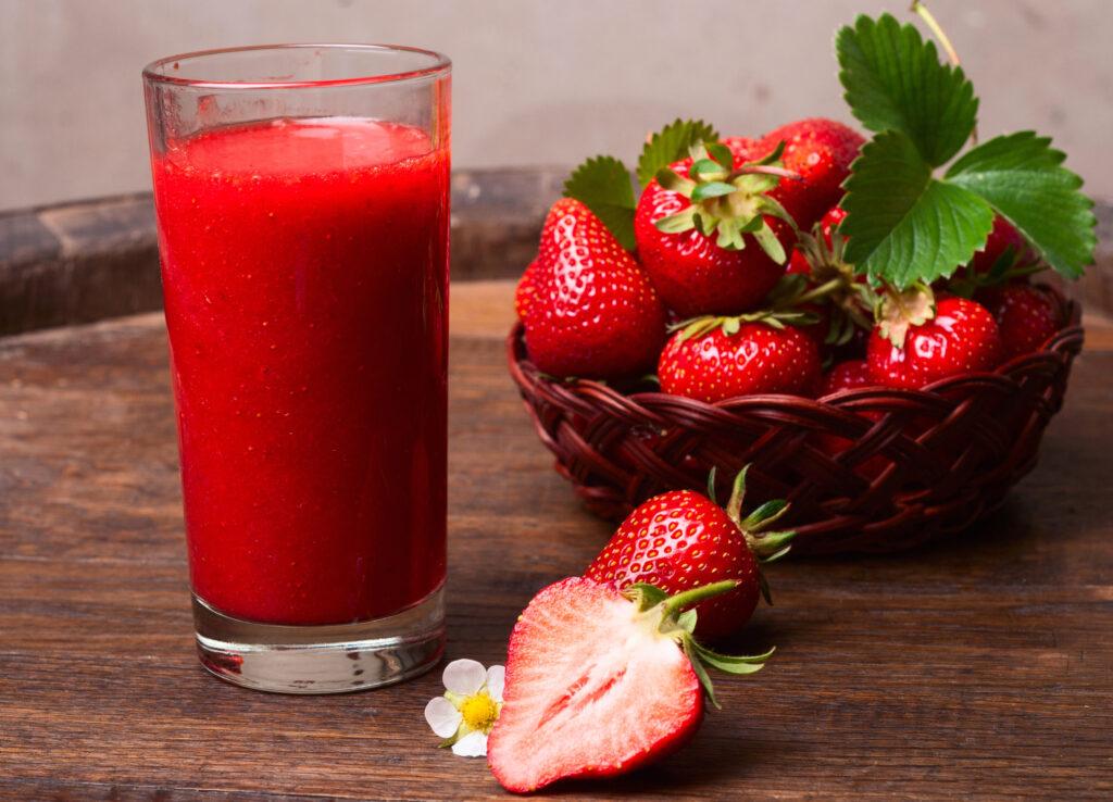 minum jus strawberry