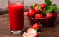 minum jus strawberry