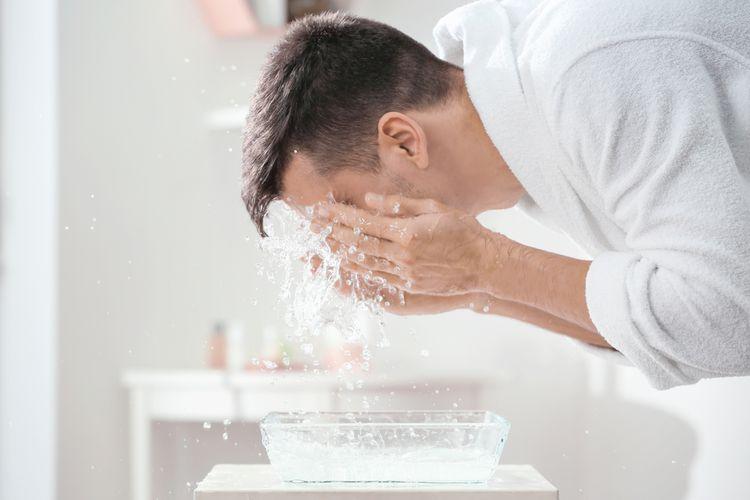 mencuci muka dengan sabun mandi